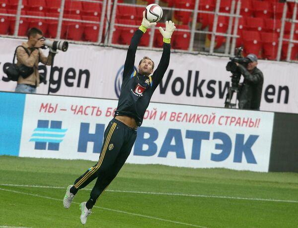 Вратарь сборной Швеции по футболу Андреас Иссаксон (в центре)