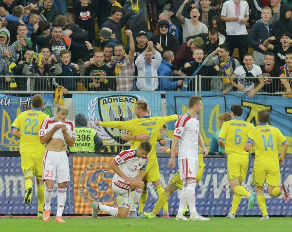 Футболисты сборной Украины праздную гол в ворота команды Белоруссии в матче отбора Евро-2016