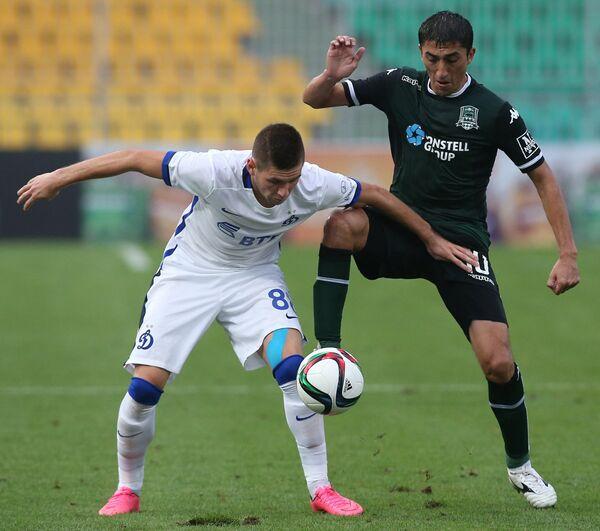 Полузащитник Динамо Александр Ташаев (слева) и полузащитник Краснодара Одил Ахмедов