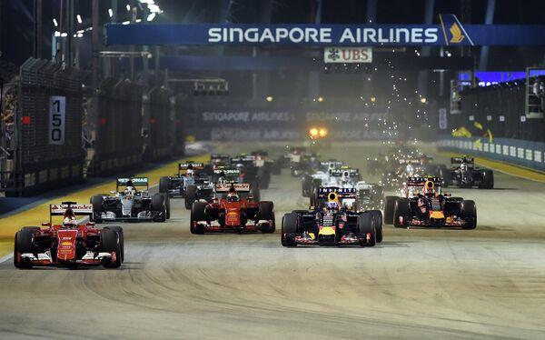 Старт гонки 13-го этапа чемпионата Формулы-1 - Гран-при Сингапура