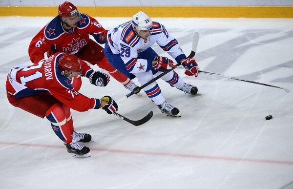 Игроки ЦСКА Геннадий Столяров, Денис Денисов и форвард СКА Илья Каблуков (слева направо)