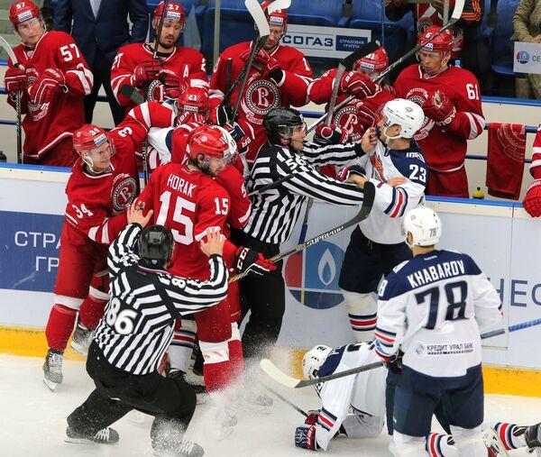 Игровой момент матча Витязь - Металлург (Магнитогорск)