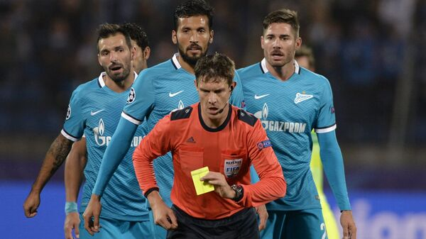 Главный судья матча Матей Юг (в центре) и футболисты Зенита Мигель Данни, Эсекиэль Гарай и Хави Гарсия (слева направо)