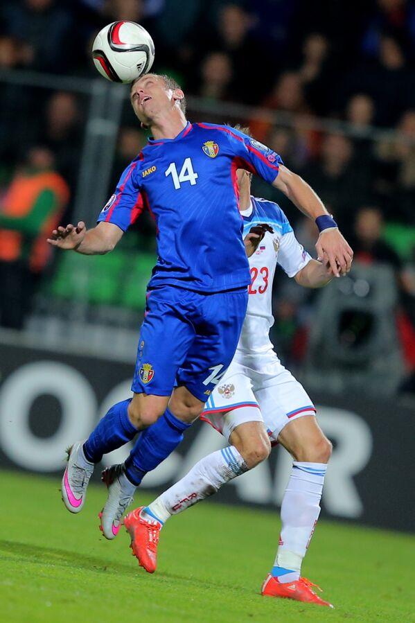 Нападающий сборной Молдавии по футболу Дану Спэтару и защитник сборной России Дмитрий Комбаров (на заднем плане)