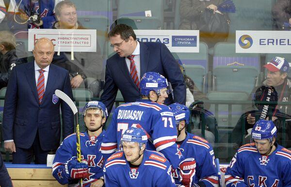 Главный тренер ХК СКА Андрей Назаров (в центре на втором плане)