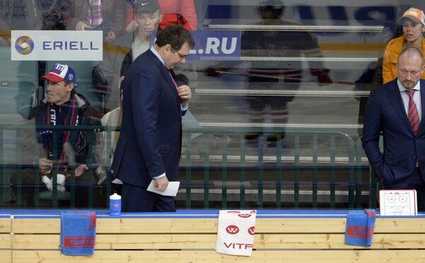 Главный тренер ХК СКА Андрей Назаров (слева на первом плане)