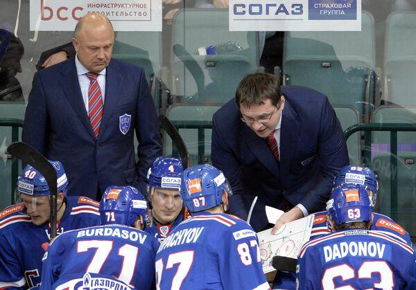 Главный тренер ХК СКА Андрей Назаров (справа на втором плане)