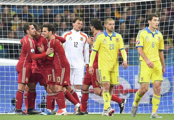 Футболисты сборной Испании (в красной форме)