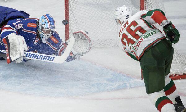 Вратарь СКА Микко Коскинен (слева) и защитник Ак Барса Яков Рылов