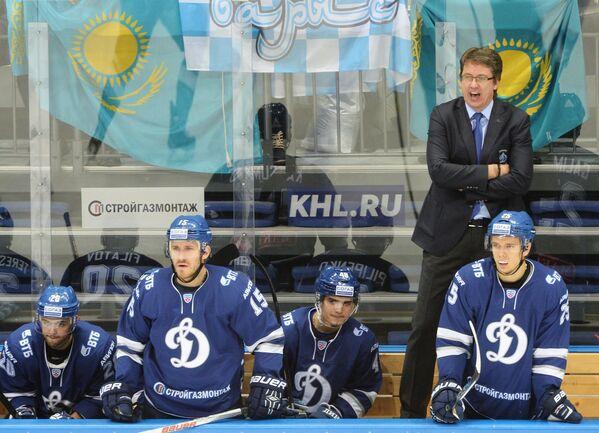 Главный тренер Динамо Харийс Витолиньш (справа на втором плане)