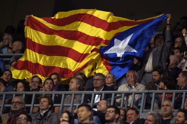 Флаг Каталонии, вывешенный на матче Лиги чемпионов Барселона - Байер