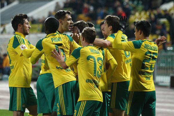 Игроки ФК Кубань радуются забитому мячу