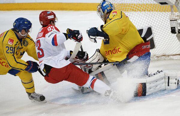 Защитник сборной Швеции Эрик Густафссон, форвард сборной России Николай Прохоркин и вратарь сборной Швеции Хенрик Карлссон (слева направо)