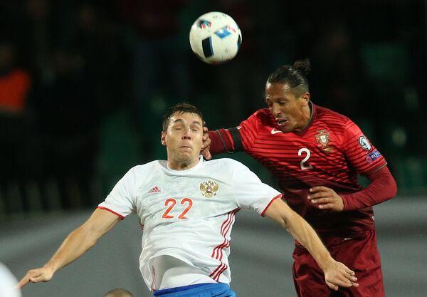 Форвард сборной России Артём Дзюба (слева) и защитник сборной Португалии Бруну Алвеш