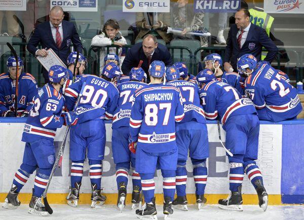 Главный тренер ХК СКА Сергей Зубов (в центре на дальнем плане)
