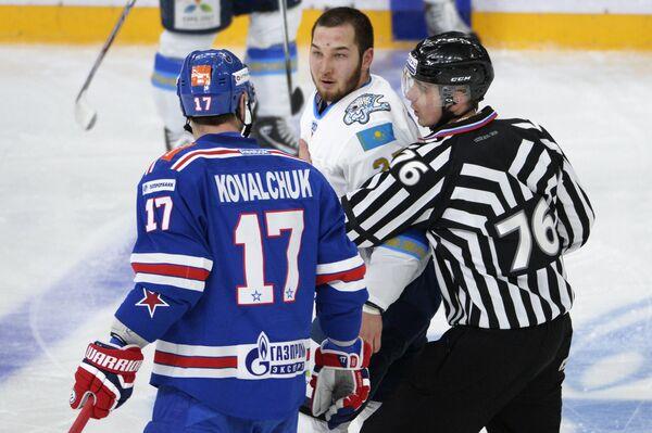 Нападающий СКА Илья Ковальчук и защитник Барыса Дамир Рыспаев (слева направо)