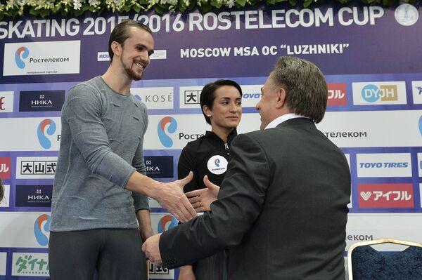 Министр спорта РФ Виталий Мутко (справа) поздравляет российских спортсменов Ксению Столбову и Федора Климова
