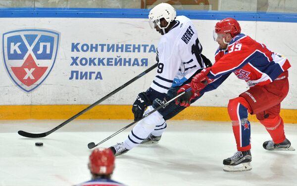 Игрок ПХК ЦСКА Ян Муршак (справа) и игрок ХК Медвешчак Эдвин Хедберг