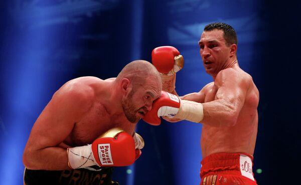 Тайсон Фьюри (слева) и Владимир Кличко