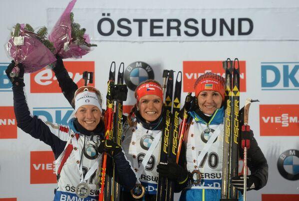 Призеры спринта среди женщин на первом этапе Кубка мира по биатлону сезона 2015/16 в шведском Эстерсунде во время церемонии награждения (слева направо): Федерика Санфилиппо (Италия) - 2-е место, Габриэла Соукалова (Чехия) - 1-е место, Елена Пидгрушная (Украина) - 3-е место
