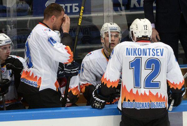 Игроки ХК Северсталь Андрей Шефер, Максим Трунёв и Анатолий Никонцев (слева направо)