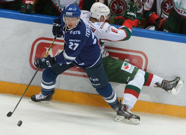 Форвард Динамо Алексей Терещенко (слева) и нападающий Ак Барса Андрей Чибисов