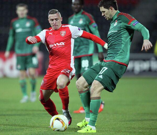 Полузащитник Локомотива Тарас Михалик (справа) в матче ЛЕ со Скендербеу