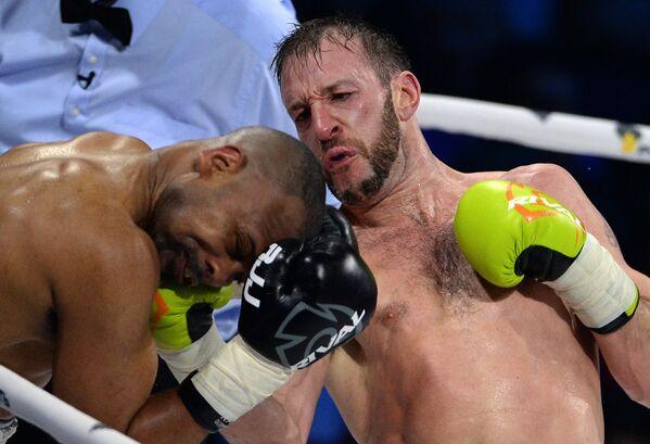 Российско-американский боксер Рой Джонс (слева) и британский боксер Энцо Маккаринелли