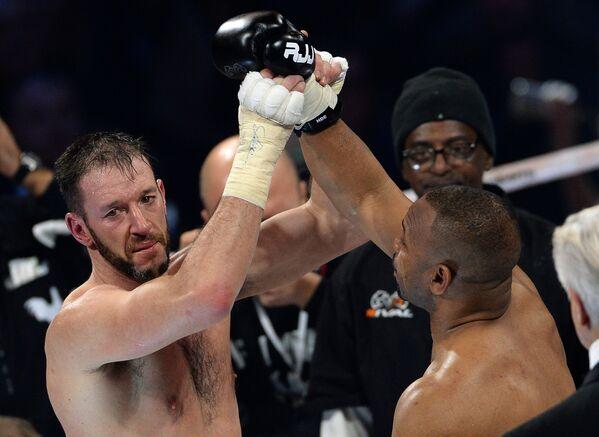 оссийско-американский боксер Рой Джонс (справа) и британский боксер Энцо Маккаринелли