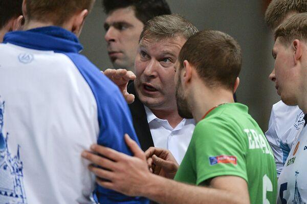 Главный тренер ВК Динамо (Москва) Олег Антонов (в центре)