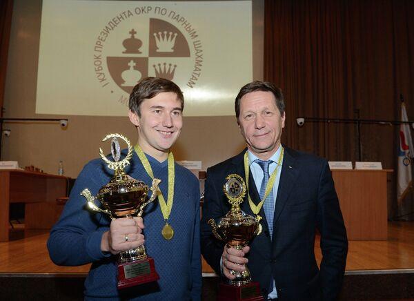 Глава Олимпийского комитета России (ОКР) Александр Жуков (справа) и гроссмейстер Сергей Карякин