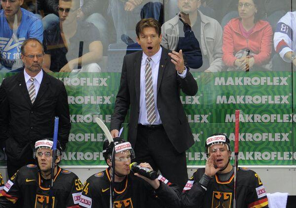Главный тренер сборной Германии по хоккею Уве Крупп (справа на втором плане)