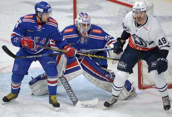 Защитник СКА Егор Яковлев, вратарь СКА Илья Ежов и форвард Медвешчак Александр Болдюк (слева направо)