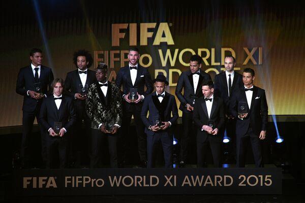 Тиагу Силва, Марсело, Серхио Рамос, Дани Алвес, Андрес Иньеста (слева направо в верхнем ряду), Лука Модрич, Поль Погба, Неймар, Лионель Месси и Криштиану Роналду (слева направо в нижнем ряду)