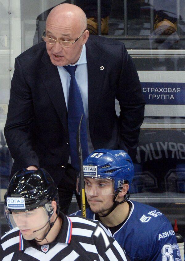 Исполняющий обязанности главного тренера Динамо Сергей Орешкин (на втором плане)