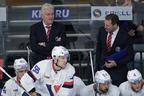 Главный тренер ХК Слован Милош Ржига (слева на втором плане)
