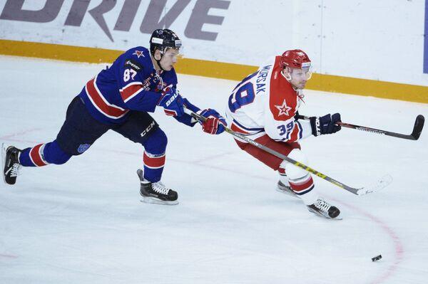 Форварды СКА Вадим Шипачёв (слева) и ЦСКА Ян Муршак