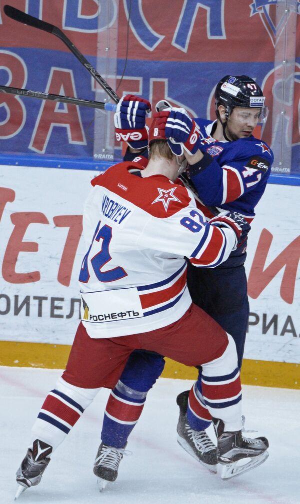 Форвард СКА Александр Кадейкин (справа)