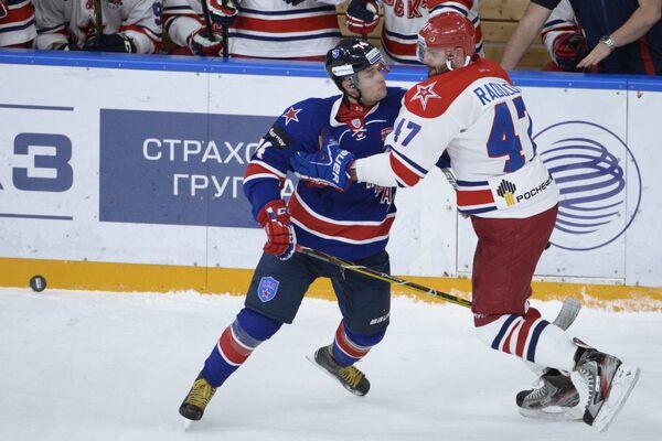 Защитник СКА Егор Яковлев (слева) и форвард ЦСКА Александр Радулов