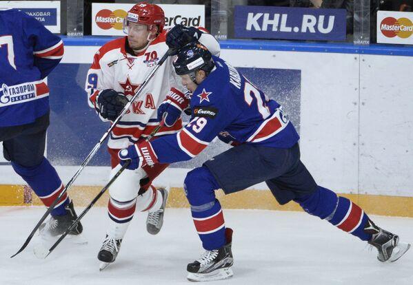 Форварды СКА Илья Каблуков (справа) и ЦСКА Ян Муршак)