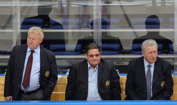 Главный тренер сборной России Александр Якушев и Сергей Макаров (справа налево)