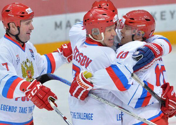 Хоккеисты сборной России Алексей Касатонов, Вячеслав Фетисов и Павел Буре (слева направо)