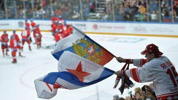 Болельщик сборной России во время финального матче Лиги Легенд мирового хоккея между сборными России и Чехии