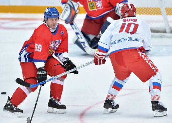 Защитник сборной Чехии Иржи Малински (слева) и форвард сборной России Павел Буре