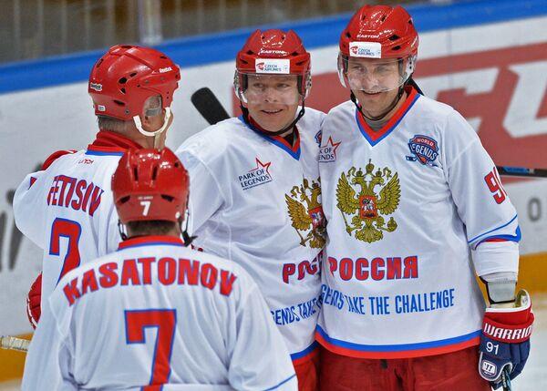 Хоккеисты сборной России Алексей Касатонов, Вячеслав Фетисов, Сергей Фёдоров и Павел Буре (справа налево)