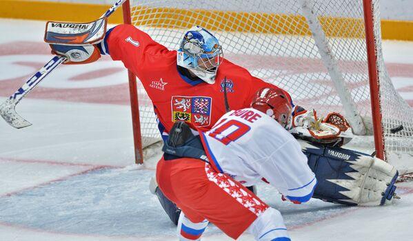 Вратарь сборной Чехии Марцел Кучера (слева) и форвард сборной России Павел Буре