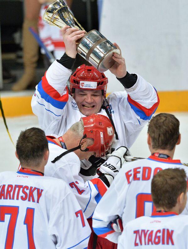 Форвард сборной России Андрей Коваленко (в центре)