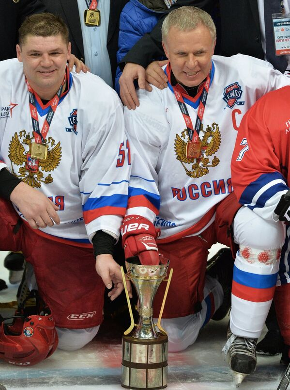 Хоккеисты сборной России Андрей Коваленко (слева) и Вячеслав Фетисов
