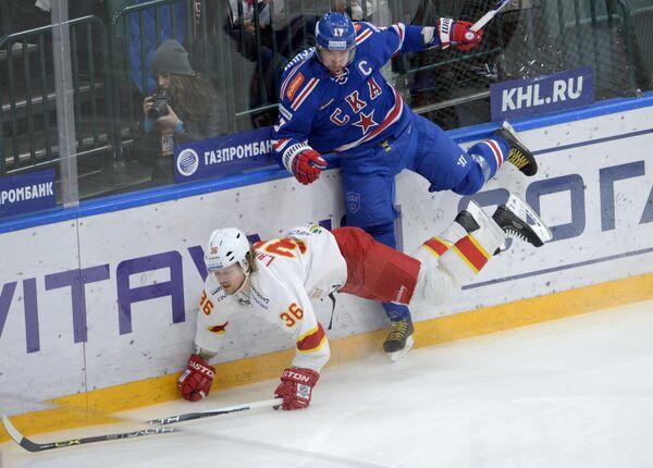 Форвард СКА Илья Ковальчук и защитник Йокерита Филип Ларсен (слева)