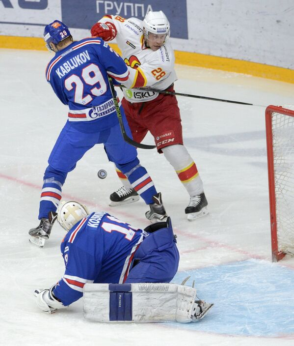 Форвард СКА Илья Каблуков , вратарь СКА Микко Коскинен и нападающий Йокерита Яни Рита (слева направо)